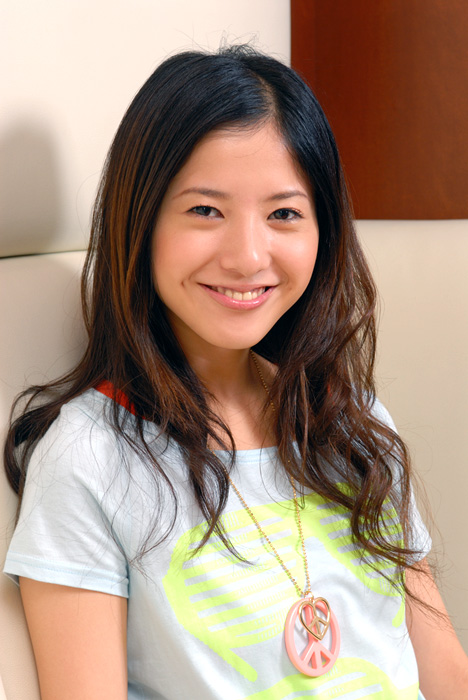 微笑みを浮かべる吉高由里子